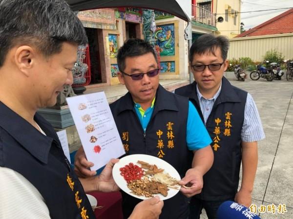 中藥商公會向民眾介紹各種藥膳食材。(記者詹士弘攝)