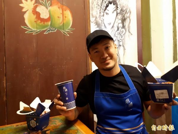 新竹市「戲棚下」文創炸雞茶飲食堂,有40年老廚師陳吉蕃和兒子陳宥達共譜的文創食堂,用美味炸雞擄獲老饕的味蕾。(記者洪美秀攝)