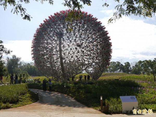 花博后里園區的「聆聽花開的聲音」大型裝置藝術,也是花博的地標。(記者張軒哲攝)