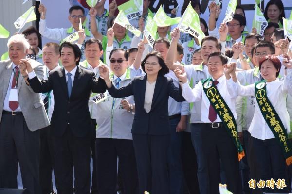 6天前,總統蔡英文(中)今年第8次來彰化公開替魏明谷輔選,圖為魏明谷10月28日成立競選總部。(資料照)