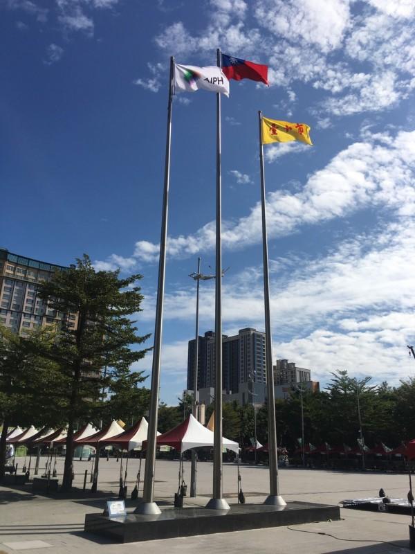 台中花博展出期間,府前廣場將輪流懸掛AIPH會旗及各參展國國旗。(台中市政府提供)