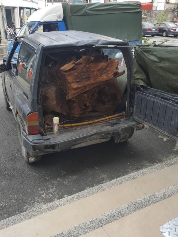 邱姓竊賊上山盜伐了一車的牛樟木被逮。(記者黃佳琳翻攝)