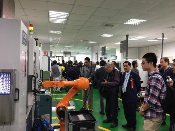 台北科技大學舉辦「智能化技術產學論壇暨智能工廠展示」,百家企業受邀參加,並參觀北科大師生打造的智能工業生產教學工廠。(圖由北科大提供)