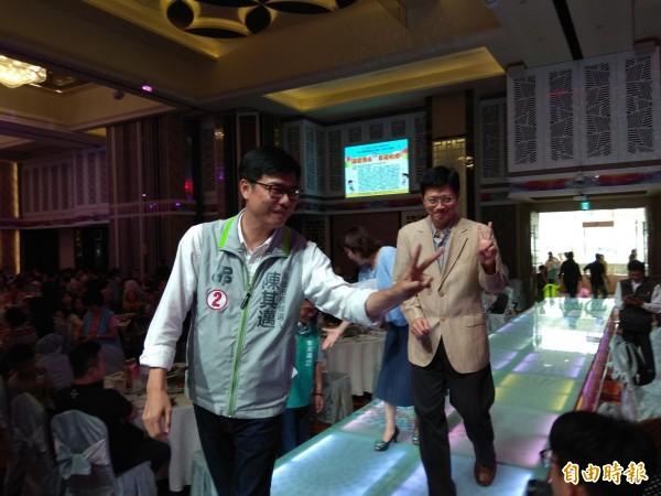 民進黨高雄市長候選人陳其邁今天中午出席高雄市兒童發展協會愛心餐會。(記者洪定宏攝)
