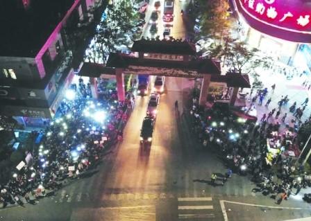 為抗議官員私自賣地,三洪奇村民眾發起靜坐抗議。(取自網路)