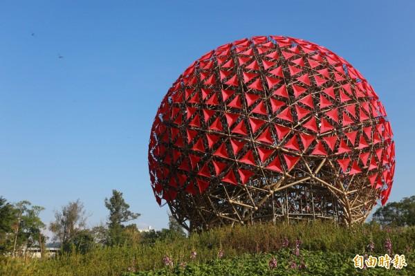 地表上最大的機械花「聆聽花開的聲音」,由697個仿生花開裝置組成。(記者黃鐘山攝)