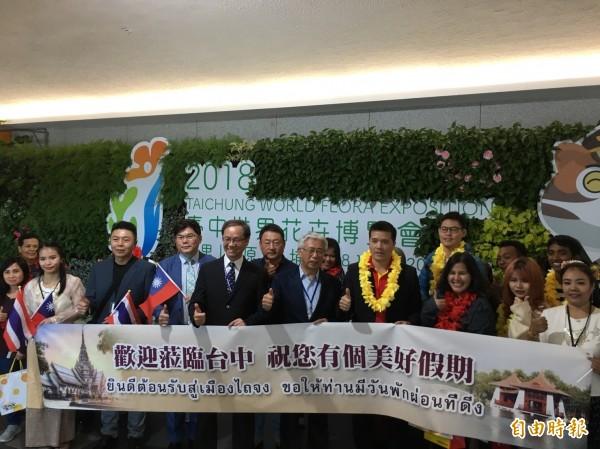 台中市府觀旅局歡迎曼谷旅客抵台中。(記者張軒哲攝)