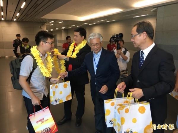 台中市府觀旅局歡迎曼谷旅客抵台中,送上台中名產。(記者張軒哲攝)