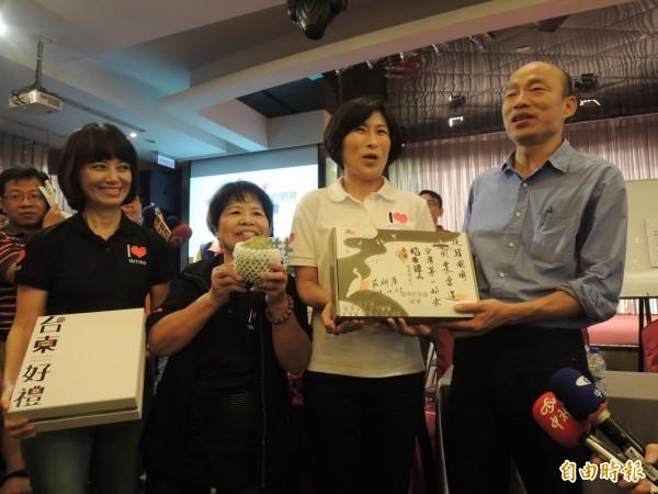 韓國瑜(右起)、饒慶鈴、樹菊阿嬤一起推銷台東農特產。(記者王榮祥攝)