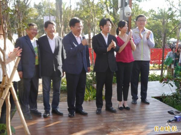行政院長賴清德(右三)呼籲民眾給台中花博掌聲肯定。(記者張軒哲攝)