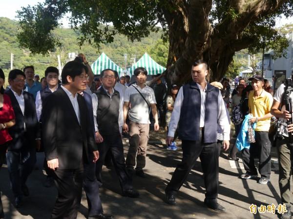 行政院長賴清德(左)參觀后里馬場園區。(記者張軒哲攝)