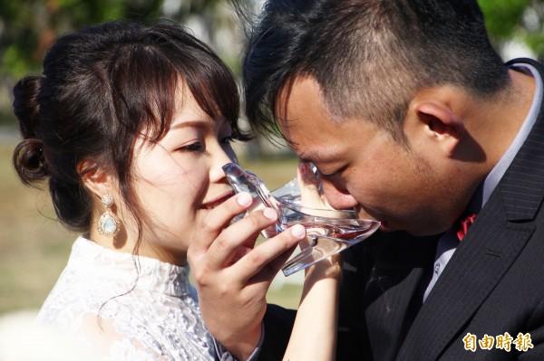 布袋高跟鞋教堂舉辦浪漫證婚體驗,新人以玻璃高跟鞋喝交杯酒。(記者林宜樟攝)