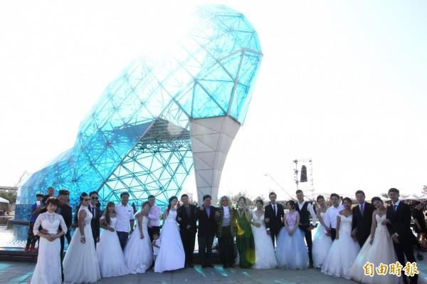 雲嘉南濱海國家風景區管理處今天舉辦「找尋高跟鞋主人」活動,邀請10對新人證婚。(記者林宜樟攝)