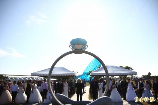 布袋高跟鞋教堂舉辦浪漫證婚體驗。(記者林宜樟攝)