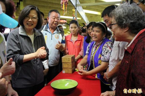 總統蔡英文淡定笑笑說,她不擔心韓國瑜來彰化輔選。(記者張聰秋攝)