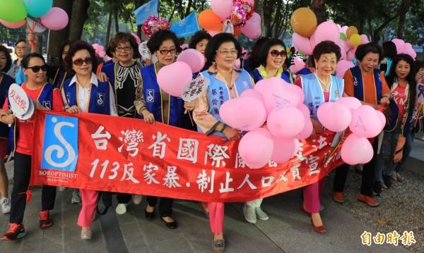 蘭馨交流協會發起踹街反家暴、性侵性騷。(記者蔡淑媛攝)