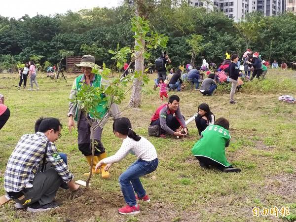 台灣原生植物保育協會志工帶領竹北、興安、北興及文化等4里民眾,一同在福爾摩沙百源植物教育園區種樹。(記者廖雪茹攝)