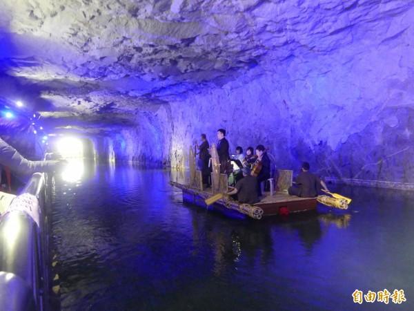 金門坑道音樂節登場現場藍光打造的歌劇場域,讓觀眾彷彿沉醉在「藍色多瑙河」意境裡。(記者吳正庭攝)