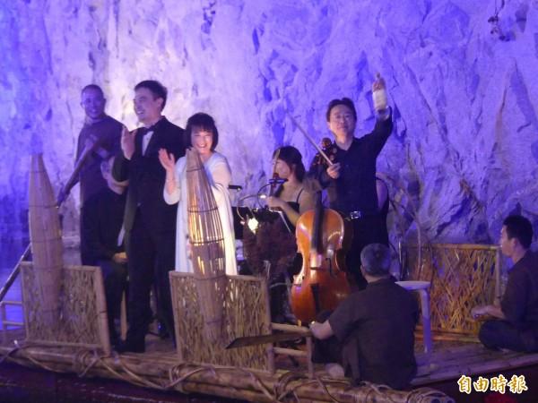 金門坑道音樂節,藝術總監張正傑(右一站立)在壓軸「茶花女」前,忽然拿出高粱酒,為現場氣氛增溫不少。(記者吳正庭攝)