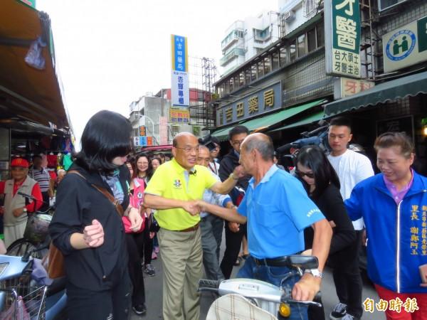 蘇貞昌今天早上在市議員鍾宏仁、何淑峰和陳科名的陪同下至新莊西盛市場掃街拜票。(記者陳心瑜攝)