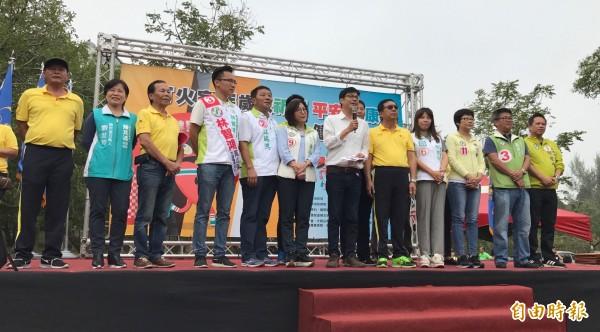 陳其邁上午參加高市義消總隊健走活動,提出多項對義消利多政見。(記者洪臣宏攝)