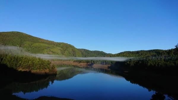 太平山翠峰湖適逢滿水期,湛藍湖域美不勝收,被譽為鑲在山區的藍寶石。(圖由黃清漢提供)