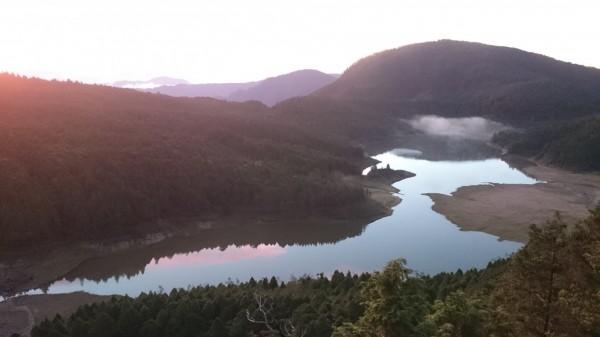 翠峰湖枯水期,變成葫蘆形狀。(資料照)