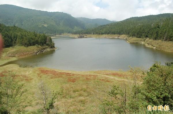 翠峰湖枯水期間,湖域周邊露出大片草地。(資料照,記者江志雄攝)