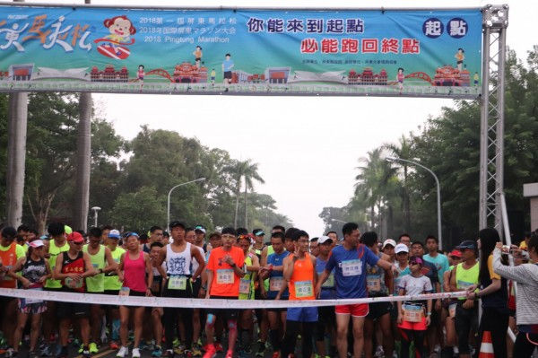首屆屏東馬拉松,2400名選手今晨開跑。(屏東縣政府體育發展中心提供)