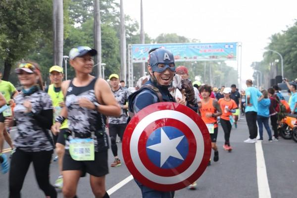 跑者中不少人特別裝扮參賽相當吸睛。(屏東縣政府體育發展中心提供)
