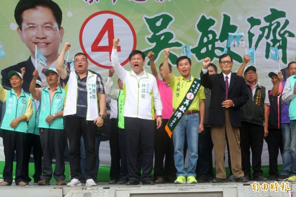 台中市議員吳敏濟競選總部成立,市長林佳龍站台,呼答民眾支持吳敏濟連任。(記者歐素美攝)