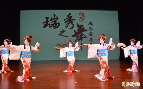 瑞秀之舞師生成果發表會今天在屯區藝文中心登場,舞者穿著日本傳統服飾,還以傳統白妝登場。(記者陳建志攝)