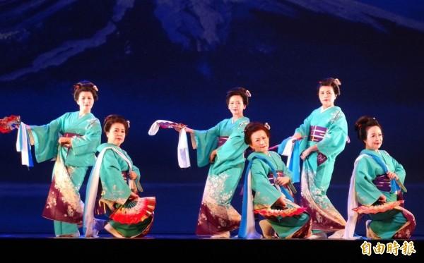 瑞秀之舞師生成果發表會今天在屯區藝文中心登場,舞者穿著日本傳統服飾登場,跳出優雅的舞姿。(記者陳建志攝)