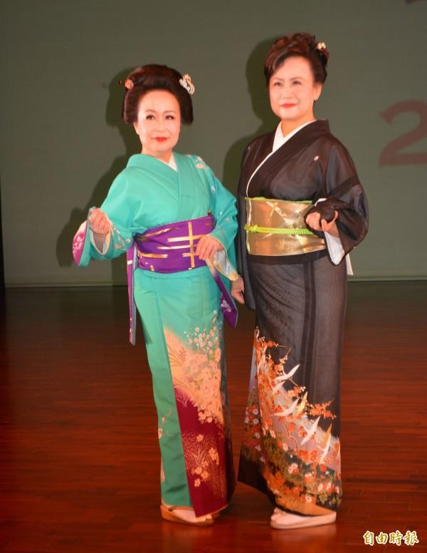 王秀娟老師(右)推廣日本舞踊多年,今天帶著40多名學員舉行成果發表。(記者陳建志攝)