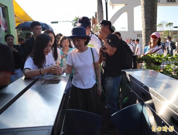 台北市長夫人陳佩琪在工作人員協助下,自行購票及過卡參觀花博后里馬場園區。(記者歐素美攝)