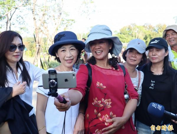 參觀花博的民眾熱情與台北市長夫人陳佩琪自拍合照。(記者歐素美攝)