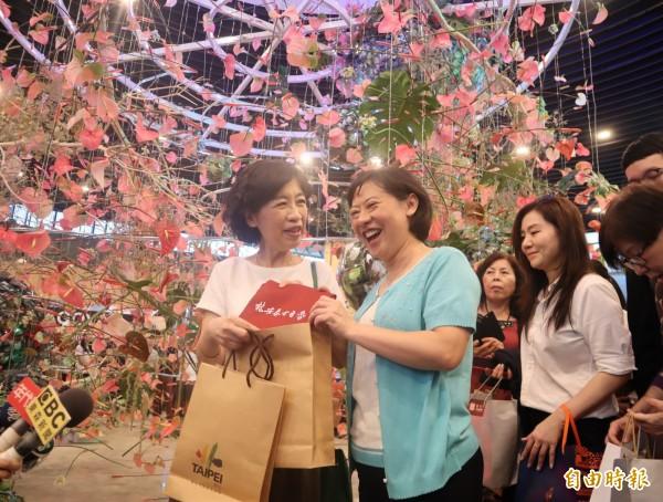 台中市長夫人廖婉如(右)贈送花博紀念品給台北市長夫人陳佩琪(左),陳佩琪則回贈林安泰古厝的小書包。(記者歐素美攝)