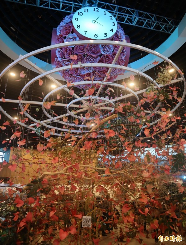 花博后里園區「花舞館」內的「花之信約鐘」變裝,從黃色文心蘭改以粉紅火鶴花裝飾,更顯浪漫。(記者歐素美攝)