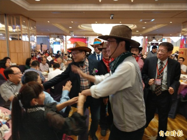 民進黨高雄市長候選人陳其邁昨出席高市醫師公會慶祝大會,受到熱烈歡迎。(記者方志賢攝)
