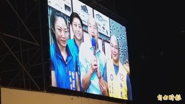 國民黨昨晚在新竹縣舉辦桃竹竹苗大會師的造勢大會,同時加碼與網路人氣正夯的高雄市長候選人韓國瑜視訊連線,大呼團結、勝利。(記者廖雪茹攝)