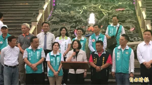 總統蔡英文在廣應廟前宣布捷運紅線延伸林園。(記者洪臣宏攝)