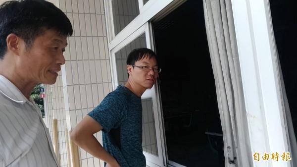 新庄國小校長駱天來(左)與學校老師察看現場。(記者廖淑玲攝)