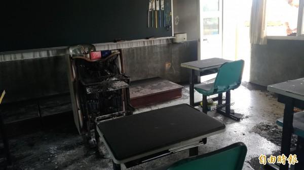 起火點疑似是講台前的學生桌椅,連講台都被燒毀。(記者廖淑玲攝)