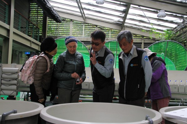 國際保育大使珍古德博士,參觀位武陵的櫻花鉤吻鮭保育中心。(雪霸國家公園管理處提供)