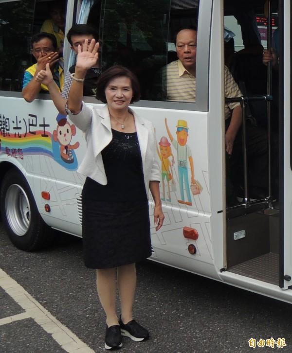 國民黨宜蘭縣長候選人林姿妙(揮手者)承諾,若能當選,會把公共運輸服務,列入優先處理事項。(資料照,記者江志雄攝)