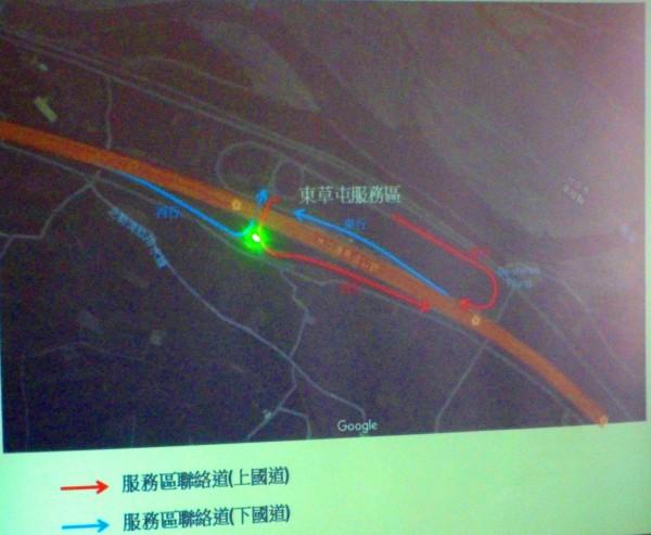 國道6號東草屯服務區已有兩條上下聯絡道,紅色線是上國道路徑,藍色線是下國道的路徑。(記者陳鳳麗翻攝自鳥嘴潭簡報)