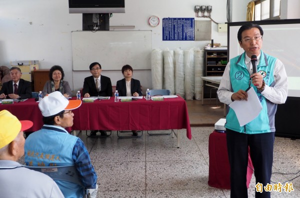草屯鎮長洪國浩(右1)要求6東草屯服務區聯絡道,提供給遊客下國道到鳥嘴潭。(記者陳鳳麗攝)