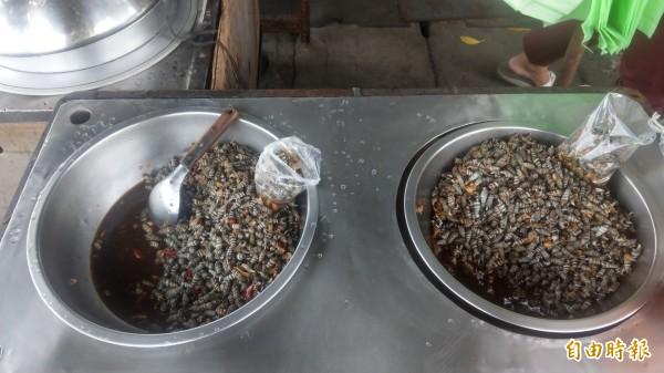 紀家肉粽還販售燒酒螺,也是不少沿海漁民、鄉親配酒、喝飲料的必備食品。(記者蔡政珉攝)