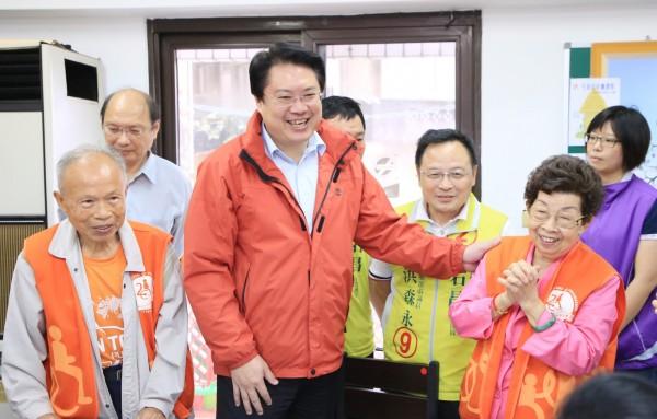 國民黨基隆市長候選人謝立功指基隆「南漂」問題比高雄「北漂」問題更嚴重,市長林右昌說,上任4年就把基隆振興起來。(記者林欣漢翻攝)