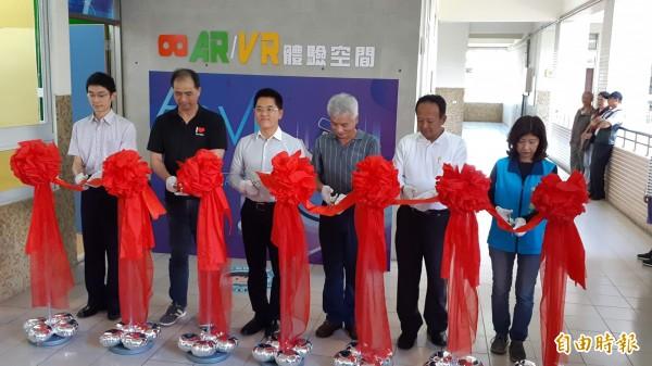 台東縣政府在東海國中投入950萬元打造全縣第一個國中AR/VR教室,今天下午剪綵啟用。(記者黃明堂攝)
